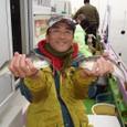 2008.11.15(土) 33cmと32cmを釣った上村さん!