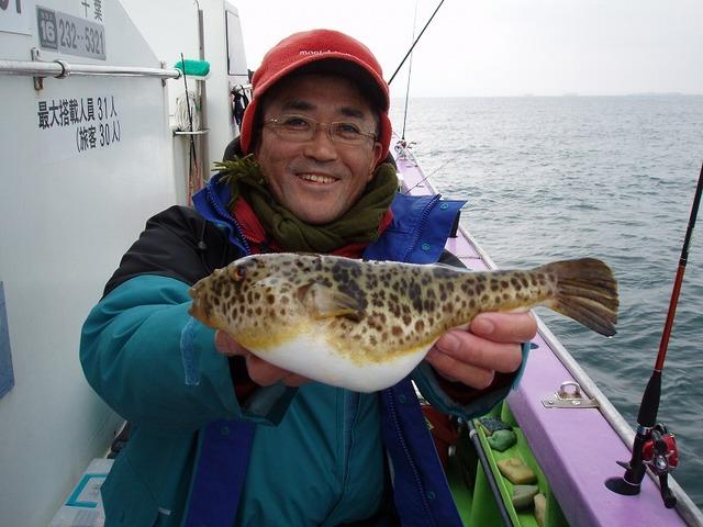 2009.2.11(水) 良型アカメを釣った上村さん!