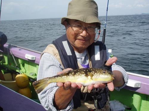 2008.9.23(火)  貴重なコモンフグを釣った藤井さん!