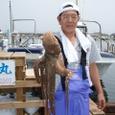 2008.6.14    特大の2.1kgを釣った内野さん!