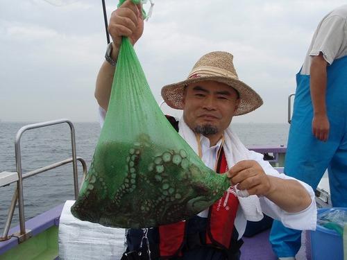 2008.8.24   超特大の3.5kg含む5杯釣った作田さん!